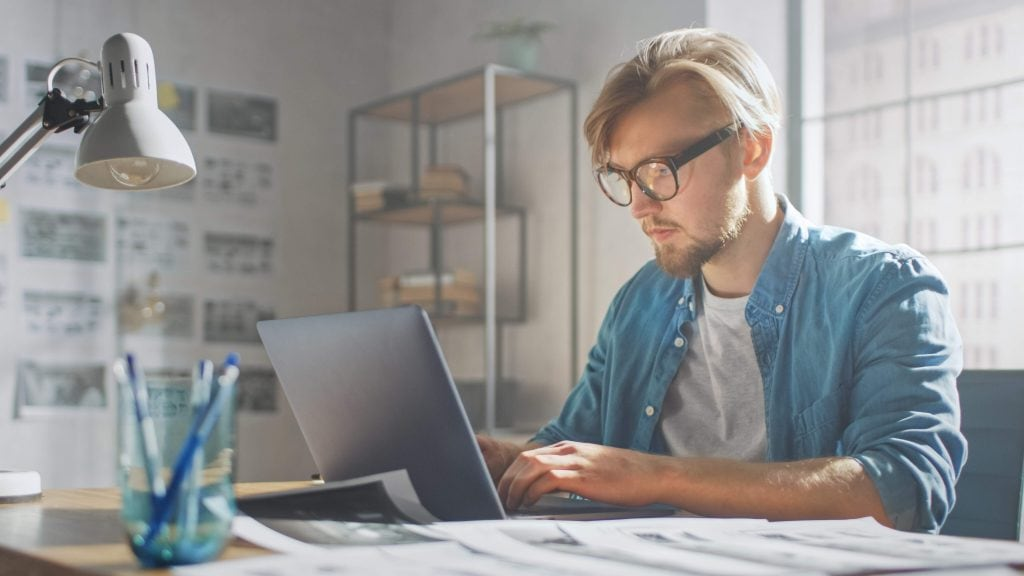 young man on computer choosing the right affiliate software